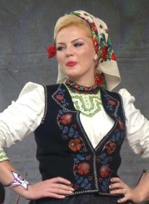 romanian-people-romanian-women-traditional-dress-folk-costumes-clothing-romanians-eastern-europe
