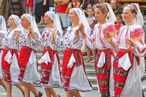 romanians-folk-dance-traditional-dresses-eastern-europe